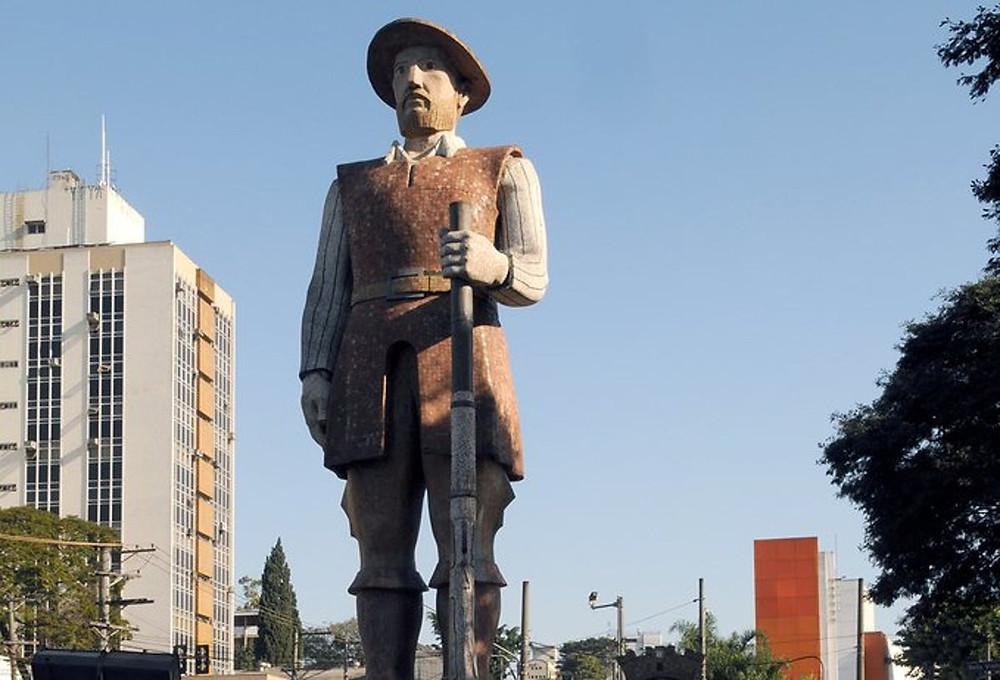 Em São Paulo, estátua do Borba Gato passa por escrutínio público