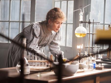Crítica: 'Radioactive', da Netflix, é filme mediano sobre Marie Curie