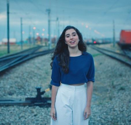 Nina Fernandes fala sobre experiências e 'Digitando...', seu novo EP
