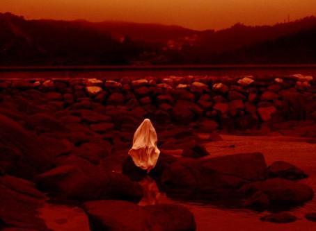 Crítica: Bagunçado e estático, 'Lua Vermelha' é quase exercício de meditação