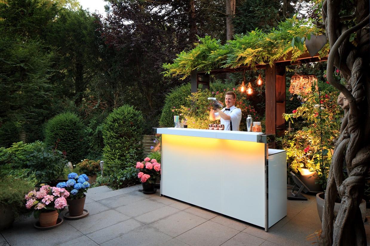 Mobile Cocktailbar im Garten.jpg