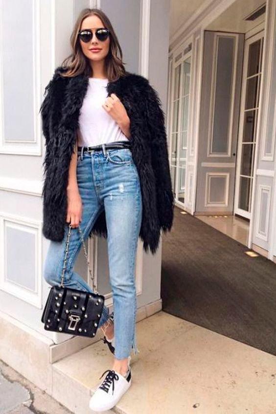 3fe67b5eb Jeans e tênis  o combo de sucesso mais casual que existe ganha aquele  upgrade com um casaco de pele falsa! Não precisa mais do que uma t shirt  básica por ...