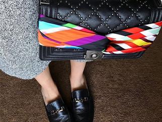 Styling express: novo jeito de amarrar o lenço na bolsa
