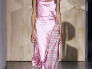 Trend alert de styling NYFW: slip dress de cetim + calça