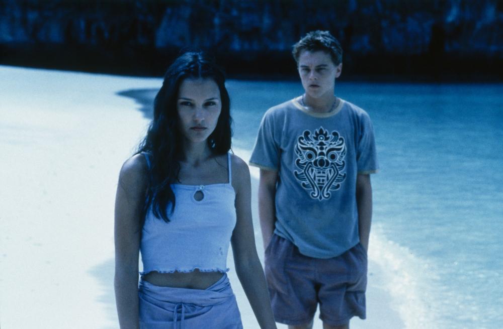 beach-2000-001-virginie-ledoyen-leonardo-di-caprio-moonlit-stroll-on-beach-00n-g5g
