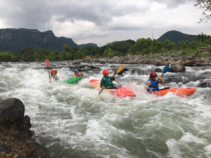 Grandes emociones durante el primer Slalom Cross Jalco, competencia de kayak