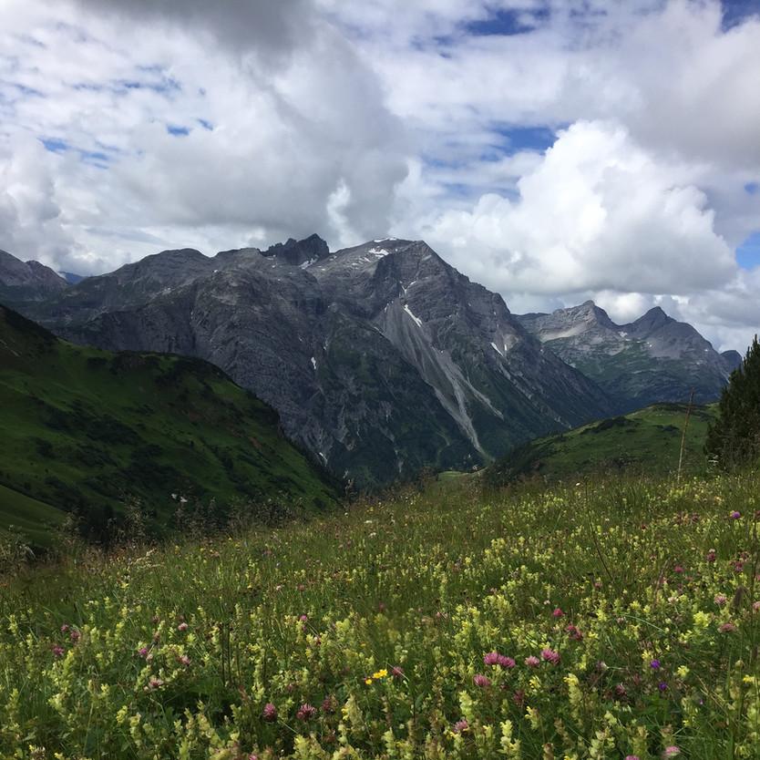 Senderismo de altura en las montañas de Lech Zürs, Austria