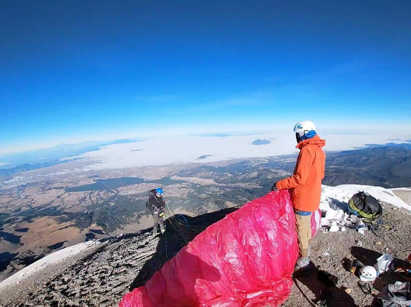 Vuelan en parapente desde la cima del Pico de Orizaba