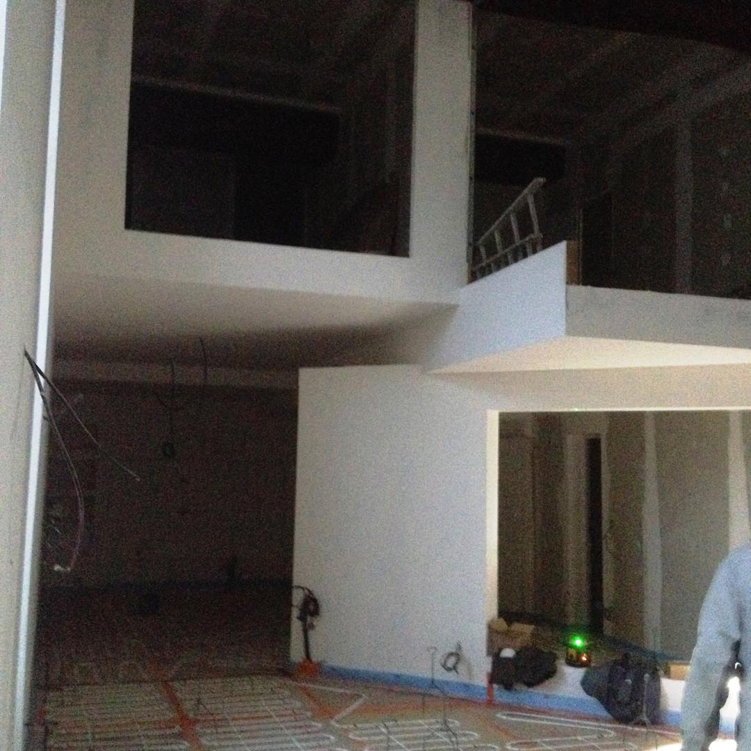 Réalisation de cubes superposés qui accueilleront les chambres