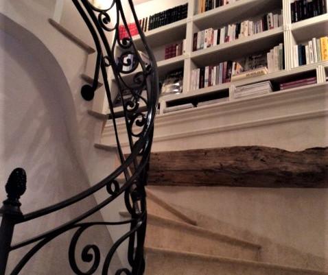 Escalier : Réalisation d'une biblothèque en staff