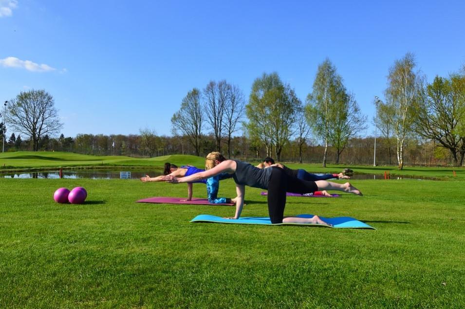 Alunos num parque fazendo o movimento Diagonal Stretch do Pilates | Foto Pixabay