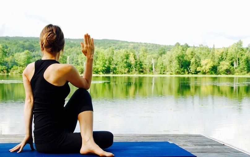 Mulher praticando Yoga à beira de um Lago   Foto Pixabay