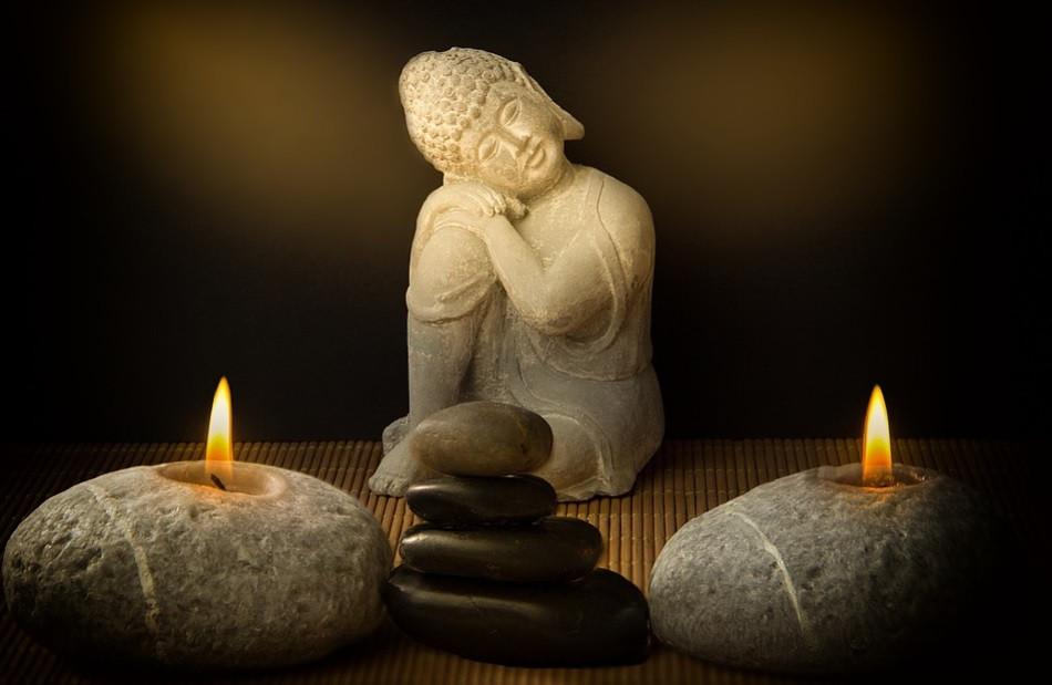 Pequeno altar de orações com Buda, velas e pedras em equilíbrio | Foto Pixabay