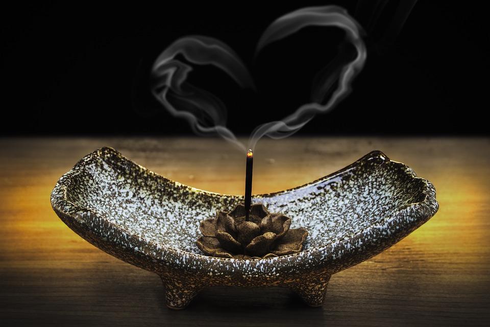 Incenso num incensário com fumaça em formato de coração | Foto Pixabay