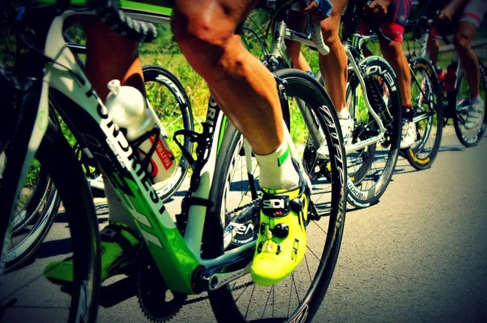 Grupo de ciclistas pedalando em ciclovia | Foto Pixabay