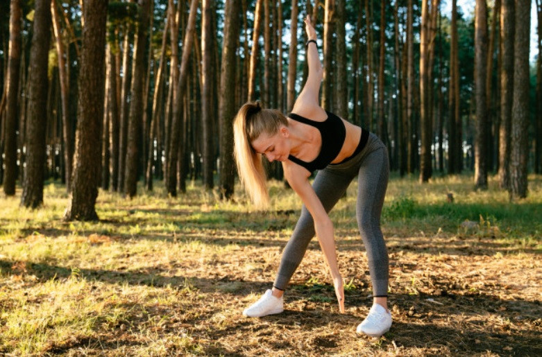 Jovem se exercitando no parque | Foto Pixabay