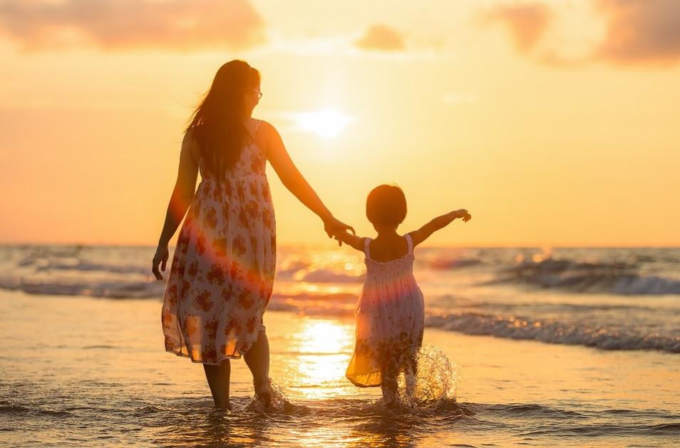 Mãe e filha passeando na praia | Foto Pixabay