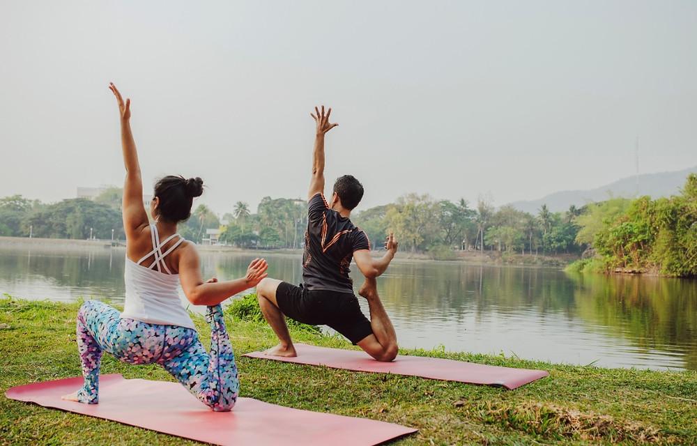 Alunos praticando Yoga na natureza | Foto Pixabay