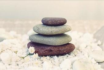 Encontre o Equilíbrio Interior | A Arte de Empilhar Pedras
