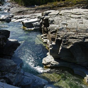 Leito de rio rochoso