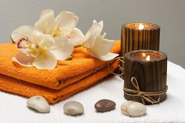Pedras quentes, velas decorativas e toalhas para medicina ayurveda | Foto Pixabay