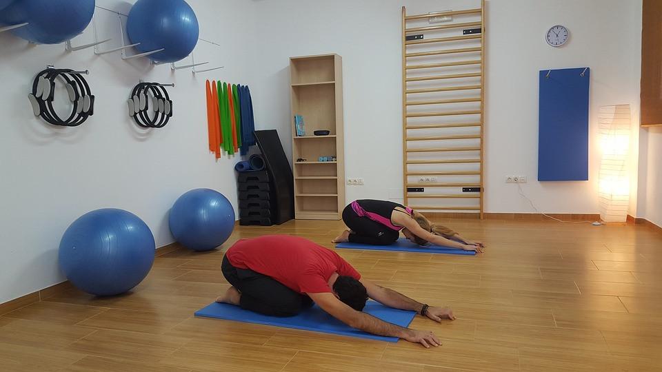 Alunos alongando as costas em aula de Pilates | Foto Pixabay