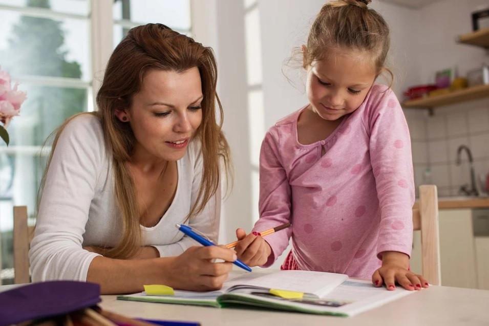 Jovem mãe auxiliando sua filha nos estudos online em casa na mesa da cozinha | Foto Pixabay