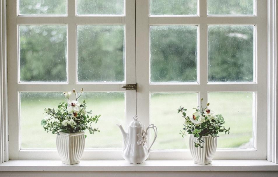 Janela para o jardim com vasinhos de plantas   Foto Pixabay