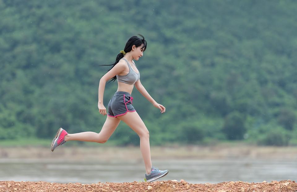 Mulher em boa forma fazendo uma corrida | Foto Pixabay