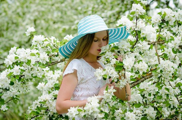 Moça feliz caminhando na natureza | Foto Pixabay