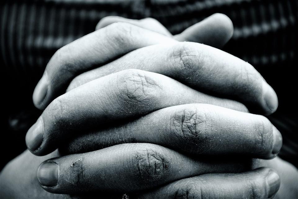 Mãos unidas em oração | Foto Pixabay
