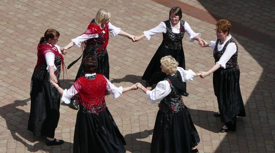 Mulheres dançando ao ar livre a dança circular | Foto Pixabay