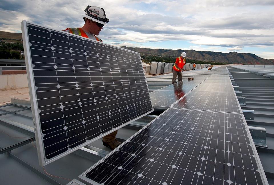 Painéis de Energia Solar sendo Instalados | Foto Pixabay