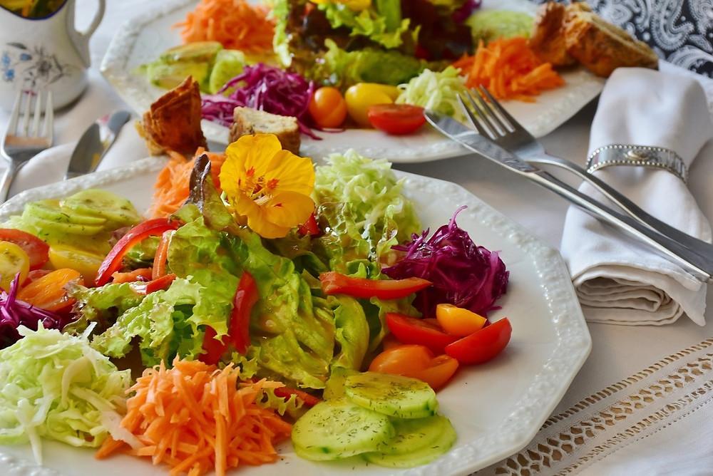 Prato com saladas na mesa | Foto Pixabay