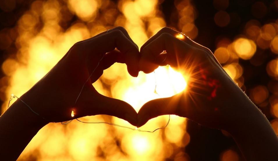Mãos que curam formando um coração ao sol | Foto Pixabay