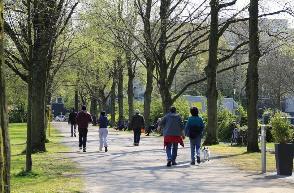 Pessoas caminhando no parque da cidade | Foto Pixabay