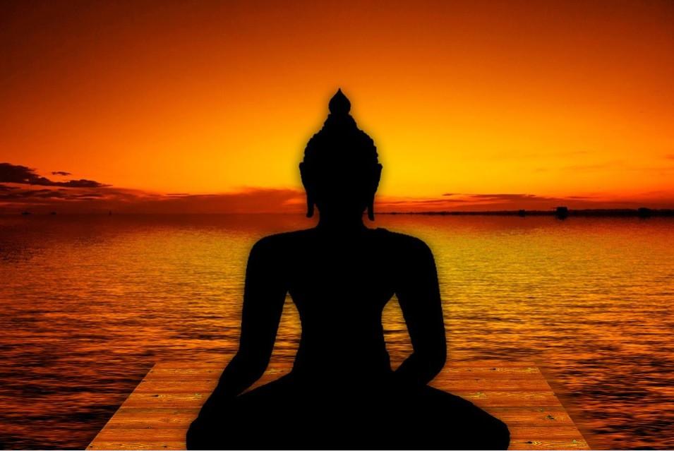 Lord Gautama, Buda, meditando na beira de um lago ao pôr do sol   Foto Pixabay