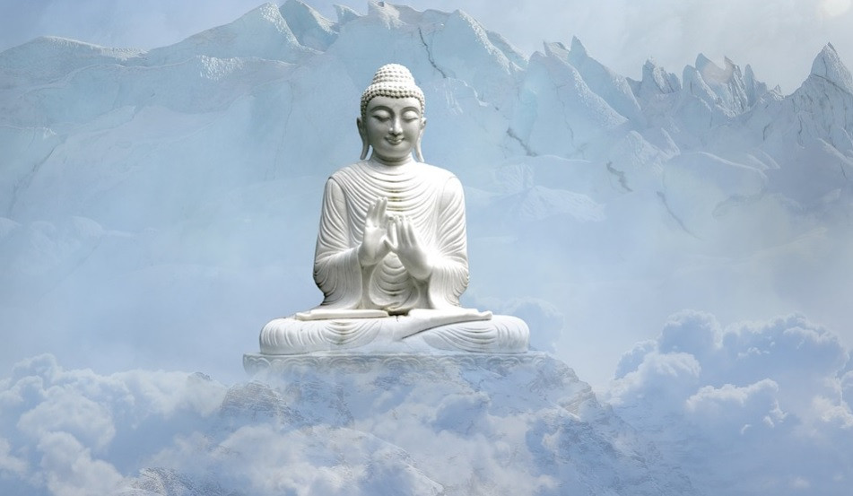 Lord Gautama, Buda, no meio da cordilheira de montanhas do Himalaia   Foto Pixabay