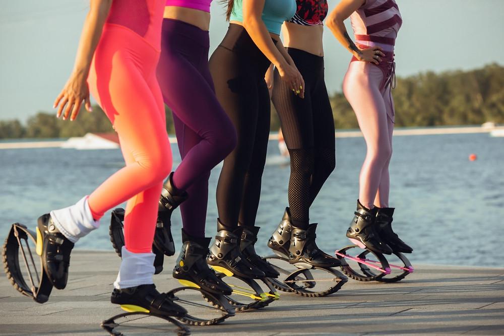 Meninas fazendo exercícios com Kangoo Jump | Foto FreePik
