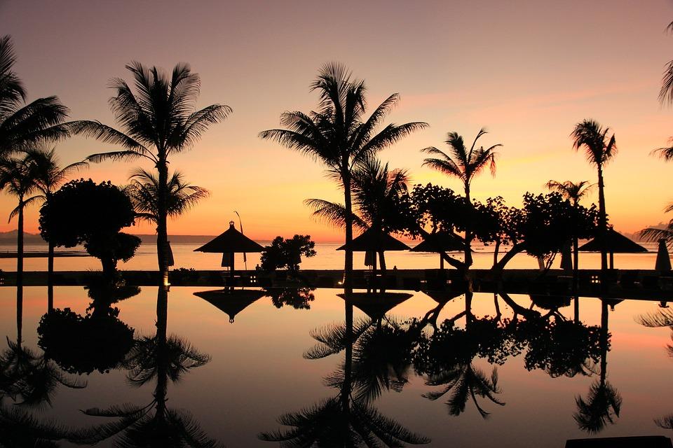 Oceano Índico, pôr do sol e palmeiras na Indonésia | Foto Pixabay