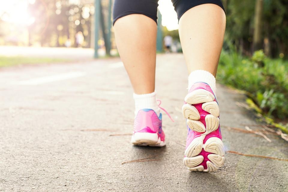Moça caminhando com tênis confortável | Pixabay