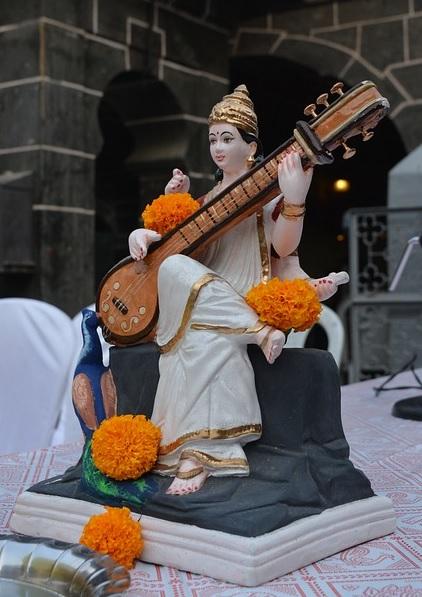 Estátua da Deusa Hindu Saraswati tocando um instrumento musical | Foto Pixabay
