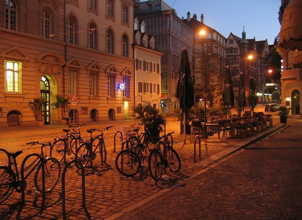 Bicicletário na calçada de Freiburg, Alemanha | Foto Pixabay