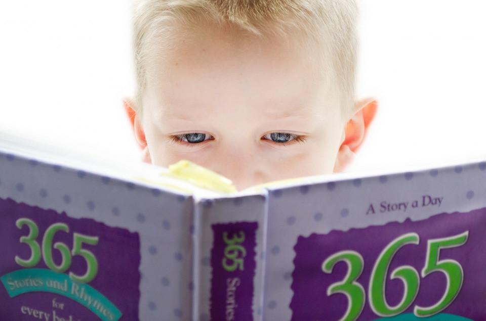 Menino lendo um livro de histórias infantis   Foto Pixabay