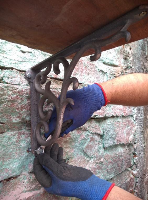 Construindo a Horta fixando as mãos-francesas na parede | Foto Robriane Lara ©