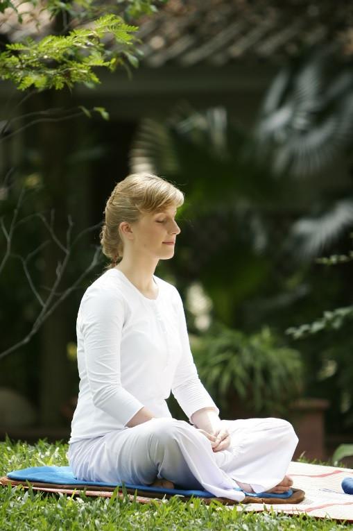 Mulher meditando próximo de sua Horta Zen | Foto Pixabay