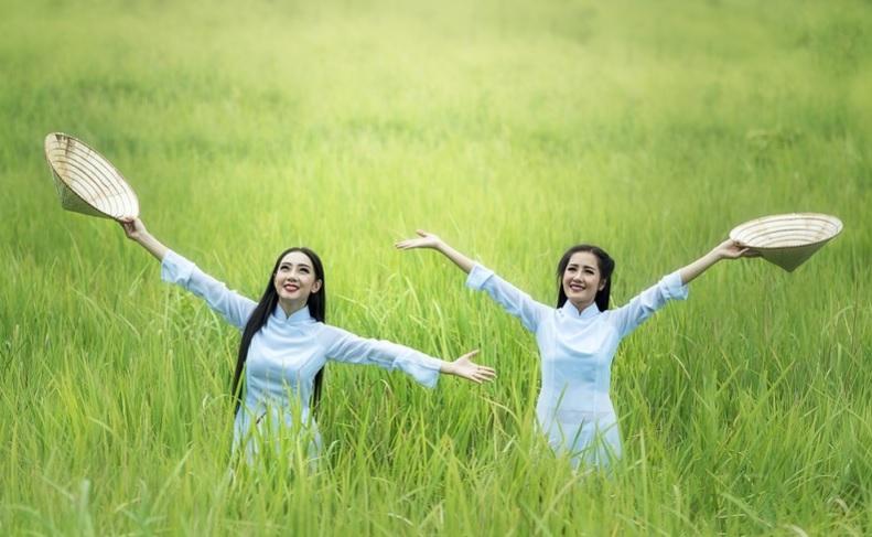Mulheres de braços abertos reverenciando a vida | Foto Pixabay
