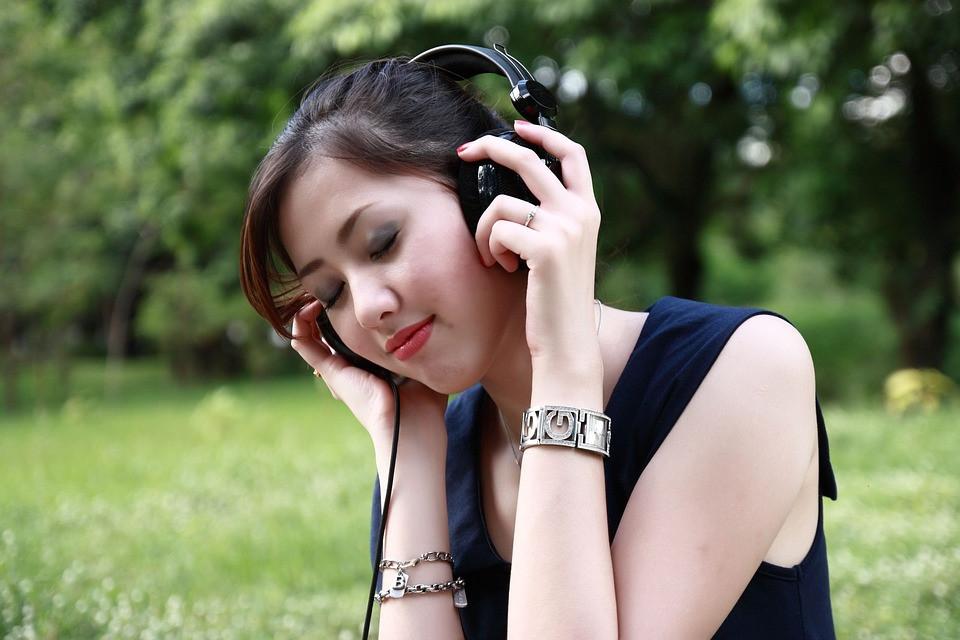 Moça ouvindo uma música calma na natureza | Foto Pixabay
