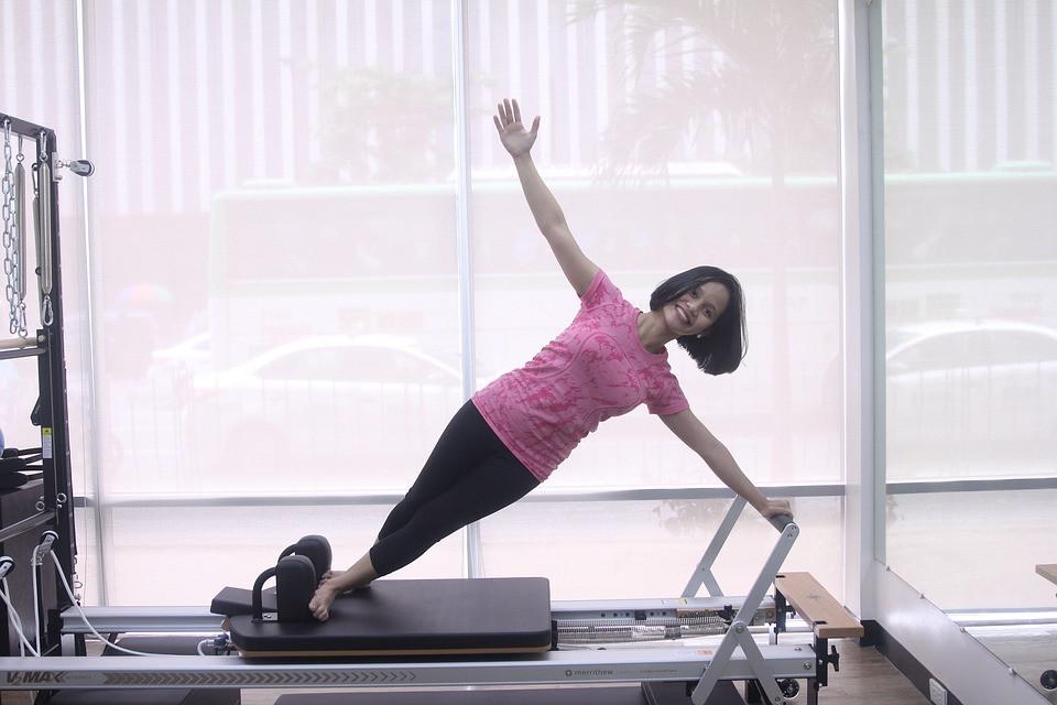 Moça fazendo método Pilates em aparelho com molas | Foto Pixabay