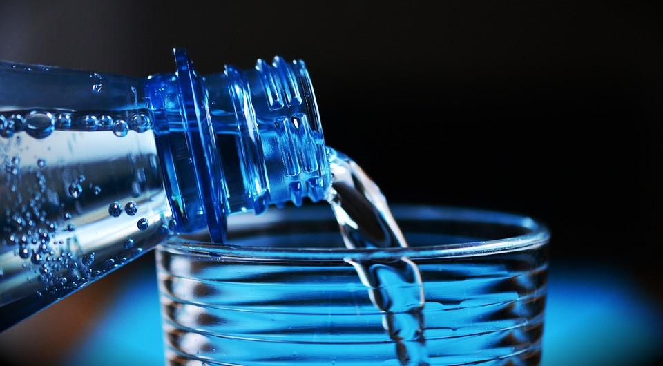 Garrafa de água enchendo um copo para beber | Foto Pixabay
